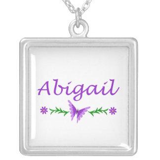 Abigail (borboleta roxa) colar com pendente quadrado