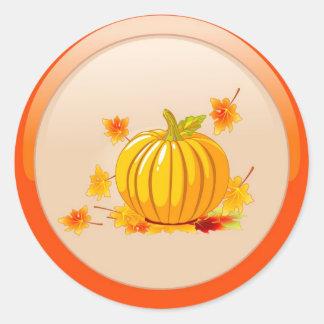 Abóbora com etiquetas das folhas de outono