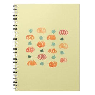 Abóboras com o caderno espiral das folhas