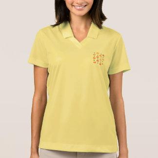 Abóboras com o t-shirt do polo das mulheres das