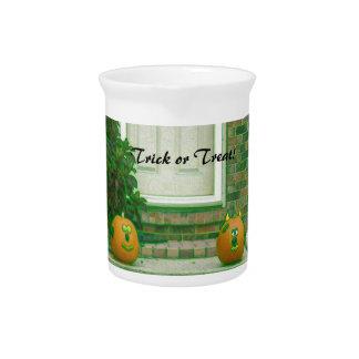 Abóboras da doçura ou travessura em matiz esverdea jarro para bebida
