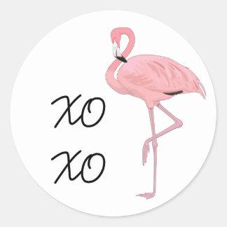 abraços e beijos cor-de-rosa do flamingo adesivo redondo