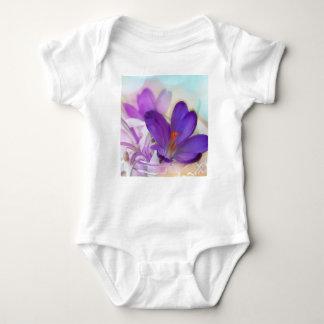 Açafrão e lírio do arranjo floral de vale. body para bebê