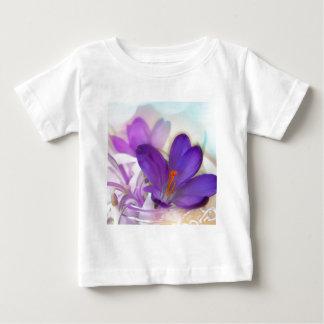 Açafrão e lírio do arranjo floral de vale. camiseta para bebê