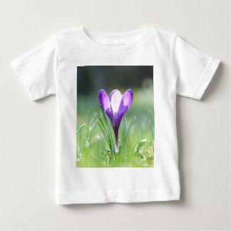 Açafrão roxo no primavera camiseta para bebê