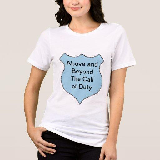 Acima e além do crachá do call of duty t-shirt
