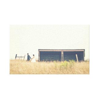Acople o passeio em um campo na foto do país