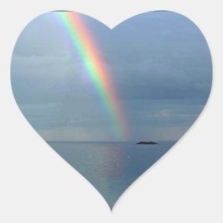 Adesivo Coração Arco-íris sobre o oceano
