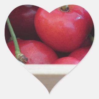 Adesivo Coração Beira de cerejas frescas no fundo de madeira