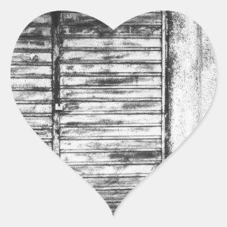 Adesivo Coração Bw esquecido loja abandonado