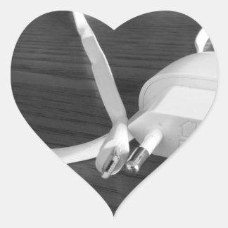 Adesivo Coração Carregador branco do smartphone na mesa de madeira