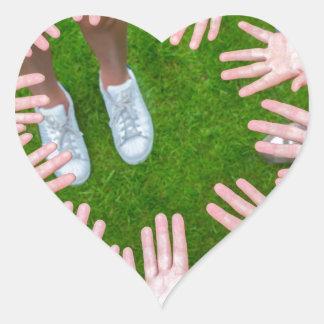 Adesivo Coração Dez braços das crianças no círculo com as palma da