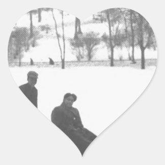 Adesivo Coração Dois meninos que puxam duas meninas em trenós