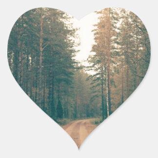 Adesivo Coração Estrada de terra de Brown entre o dia com folhas