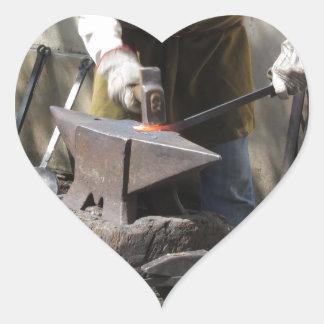 Adesivo Coração Ferreiro que forja manualmente o metal derretido