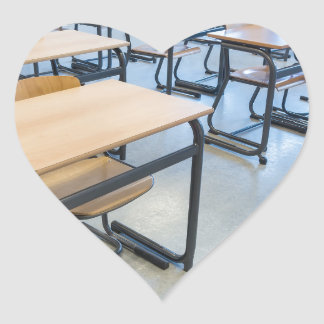 Adesivo Coração Fileiras das mesas e das cadeiras na sala de aula