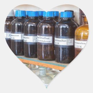 Adesivo Coração Fileiras dos produtos químicos fluidos em umas