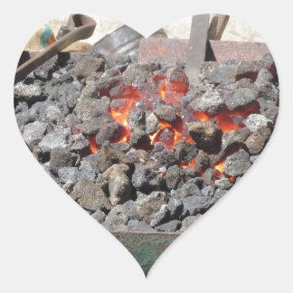 Adesivo Coração Fornalha antiquado do ferreiro. Carvões ardentes