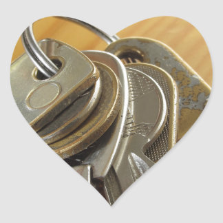 Adesivo Coração Grupo de chaves gastas da casa na mesa de madeira