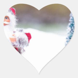 Adesivo Coração Modelo de Papai Noel que está na neve branca