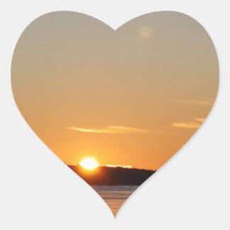 Adesivo Coração O raio dourado de Sun do inverno reflete no lago