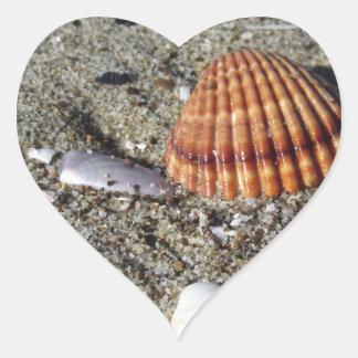 Adesivo Coração Os Seashells no verão da areia encalham a opinião