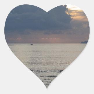 Adesivo Coração Por do sol morno do mar com navio de carga e um