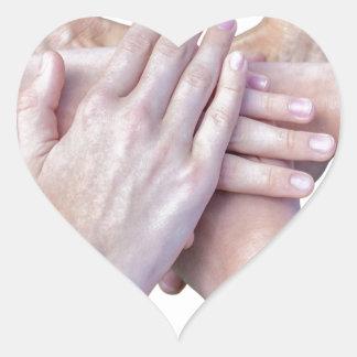 Adesivo Coração Seis braços unem-se com as mãos em se