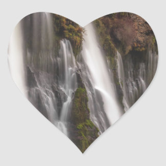 Adesivo Coração Sobre as quedas de Burney da borda
