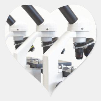 Adesivo Coração Três microscópios em seguido isolados no fundo