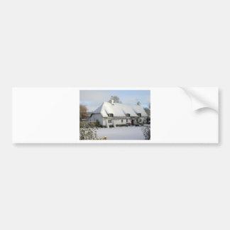 Adesivo De Para-choque Casa de campo inglesa Thatched na neve