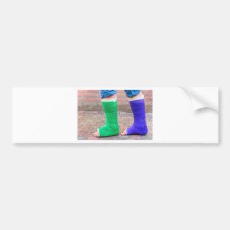 Adesivo De Para-choque Criança ereta com dois pés coloridos da gipsita
