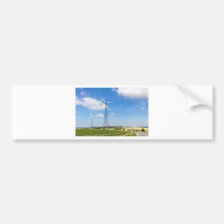 Adesivo De Para-choque Dois moinhos de vento na área rural com céu azul