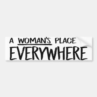 Adesivo De Para-choque O lugar de uma mulher está em toda parte - rua