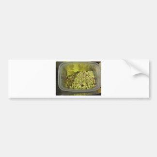 Adesivo De Para-choque Pistachios desbastados crus em uma bandeja