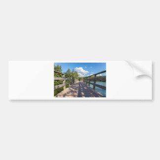 Adesivo De Para-choque Ponte de madeira longa sobre a água da lagoa
