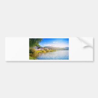 Adesivo De Para-choque Vila pequena perto de um lago
