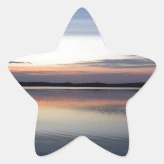 Adesivo Estrela As nuvens cor-de-rosa refletem no lago júnior no