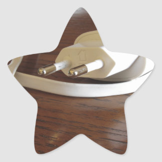 Adesivo Estrela Carregador branco do smartphone na mesa de madeira