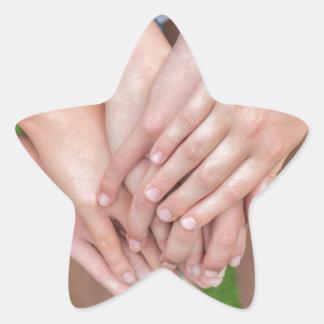 Adesivo Estrela Diversos braços das meninas com cedem-se