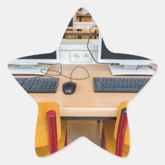 Adesivo Estrela Dois computadores na sala de aula no segundo grau