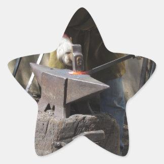 Adesivo Estrela Ferreiro que forja manualmente o metal derretido