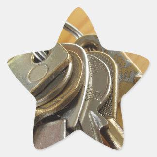 Adesivo Estrela Grupo de chaves gastas da casa na mesa de madeira