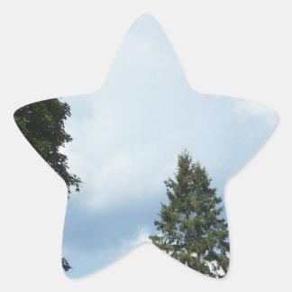 Adesivo Estrela Nuvens brancas em partes superiores de um céu azul
