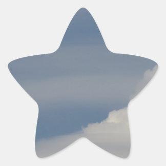 Adesivo Estrela Nuvens brancas macias contra o fundo do céu azul