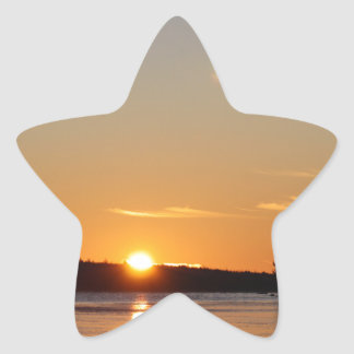 Adesivo Estrela O raio dourado de Sun do inverno reflete no lago