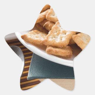 Adesivo Estrela Placa branca com os biscoitos no livro velho