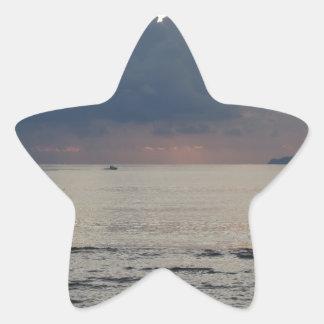 Adesivo Estrela Por do sol morno do mar com navio de carga e um
