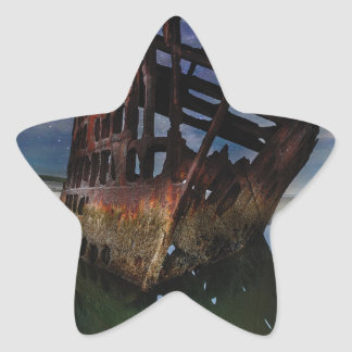 Adesivo Estrela Shipwreck de Peter Iredale sob o céu nocturno