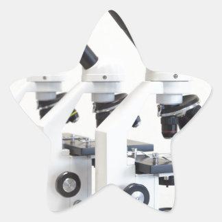 Adesivo Estrela Três microscópios em seguido isolados no fundo